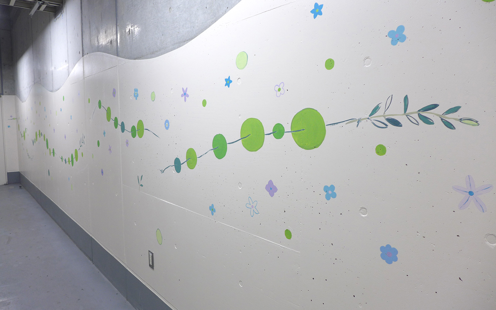 ホスピタルアート 四国こどもとおとなの医療センター 地下通路 「青い花に・・・」