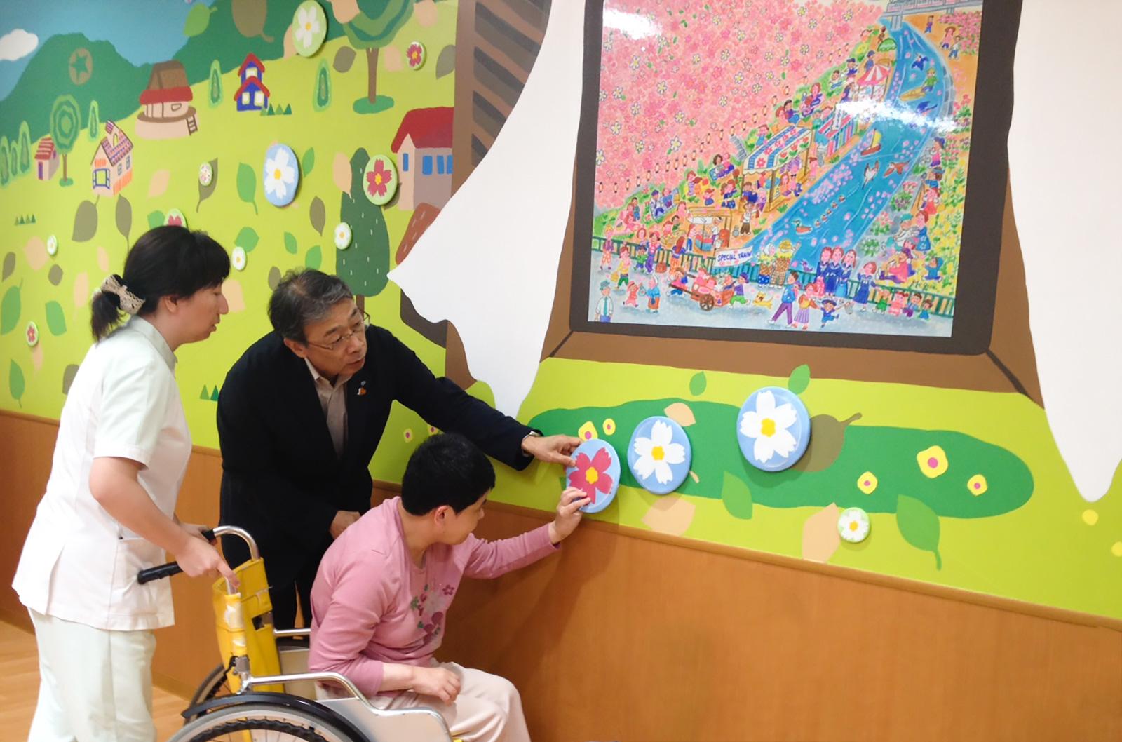 ホスピタルアート 西部島根医療福祉センター 食堂 壁画「 Picnic – 佐々木恵未さんの世界へ」