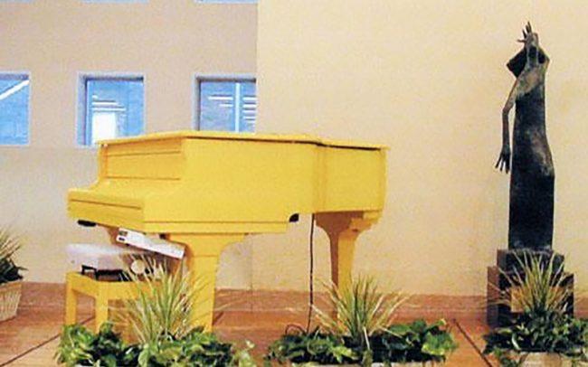 ホスピタルアート 関西労災病院 黄色いピアノ
